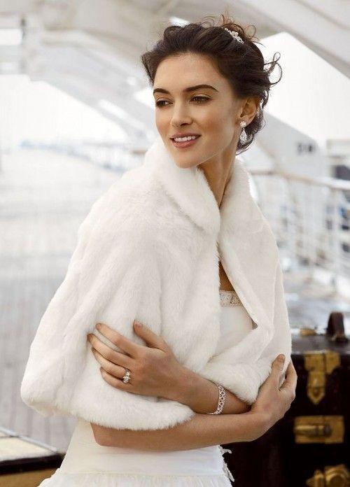 Αν ο γάμος σας έχει ρομαντικό ύφος τολμήστε να φορέσετε ζακέτα πάνω από το  νυφικό σας. Όχι μόνο θα σας κρατήσει ζεστή εκείνη την ημέρα a533b24cb52